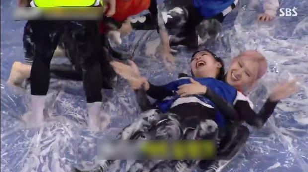 """BLACKPINK tham gia Running Man đúng kiểu """"lúc đi hết mình lúc về hết hồn"""", bộ dạng lúc kết show khiến fan ngã ngửa - Ảnh 8."""