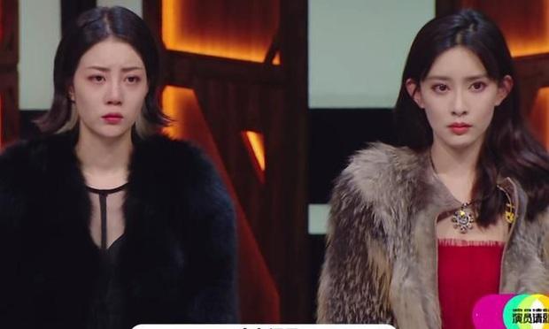 Phê bình đàn em giả vờ giả vịt, Triệu Vy khiến 2 mỹ nhân sợ đến mức mặt biến sắc ngay trên sóng truyền hình - Ảnh 2.