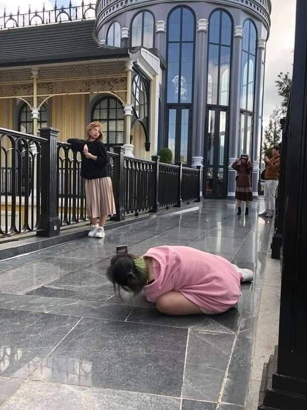 Cô gái không ngại lăn lê bò toài chụp ảnh cực có tâm cho bạn thân và cái kết sang chấn tâm lý khi được chụp lại! - Ảnh 1.