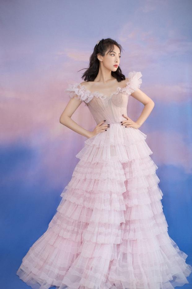 Bế mạc Kim Ưng 2020: Triệu Lệ Dĩnh bùng nổ visual bên Victoria sến sẩm, Thánh lố hoá công chúa giữa dàn mỹ nam - Ảnh 9.