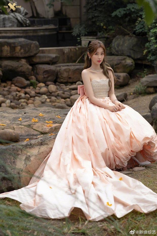 Bế mạc Kim Ưng 2020: Triệu Lệ Dĩnh bùng nổ visual bên Victoria sến sẩm, Thánh lố hoá công chúa giữa dàn mỹ nam - Ảnh 12.