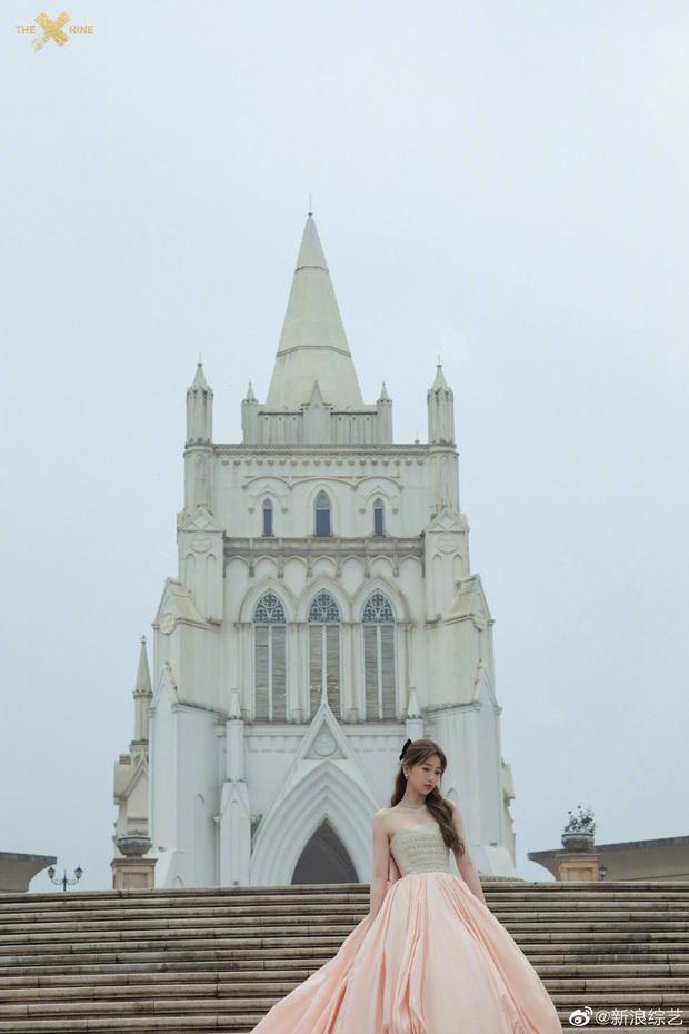 Bế mạc Kim Ưng 2020: Triệu Lệ Dĩnh bùng nổ visual bên Victoria sến sẩm, Thánh lố hoá công chúa giữa dàn mỹ nam - Ảnh 11.