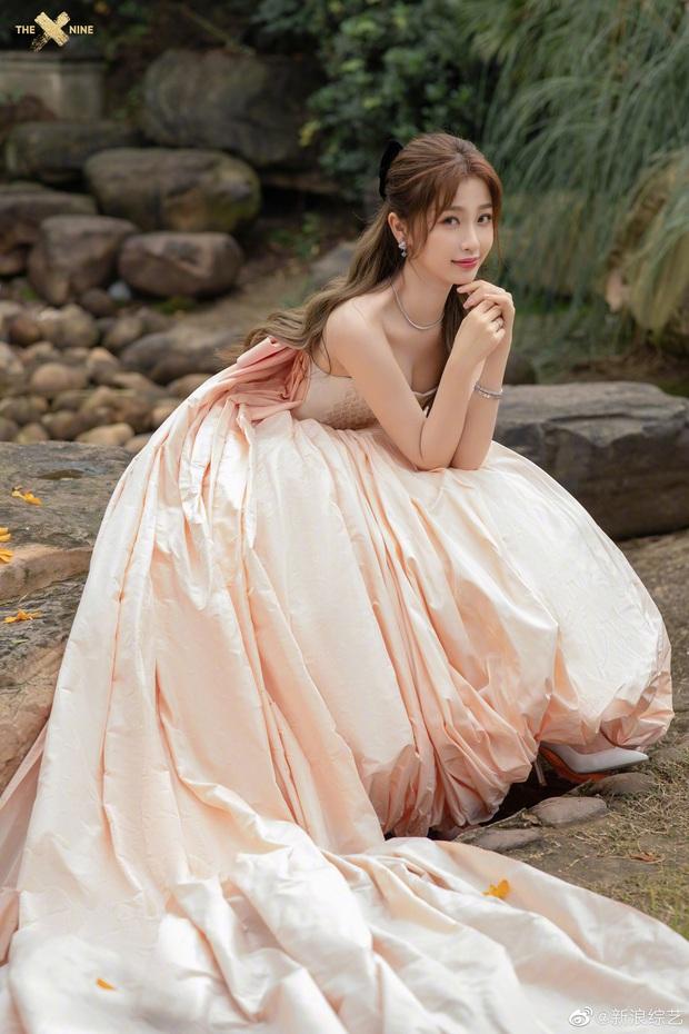 Bế mạc Kim Ưng 2020: Triệu Lệ Dĩnh bùng nổ visual bên Victoria sến sẩm, Thánh lố hoá công chúa giữa dàn mỹ nam - Ảnh 14.