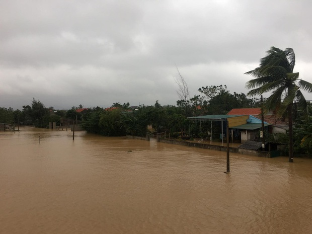 Lũ lịch sử ở Quảng Bình: Hơn 34.000 nhà dân ngập lụt, dân cuống cuồng chạy lũ trong đêm - Ảnh 3.