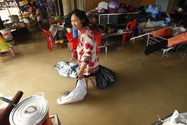 Lũ lụt nghiêm trọng ở Campuchia, hàng chục người thiệt mạng - Ảnh 4.