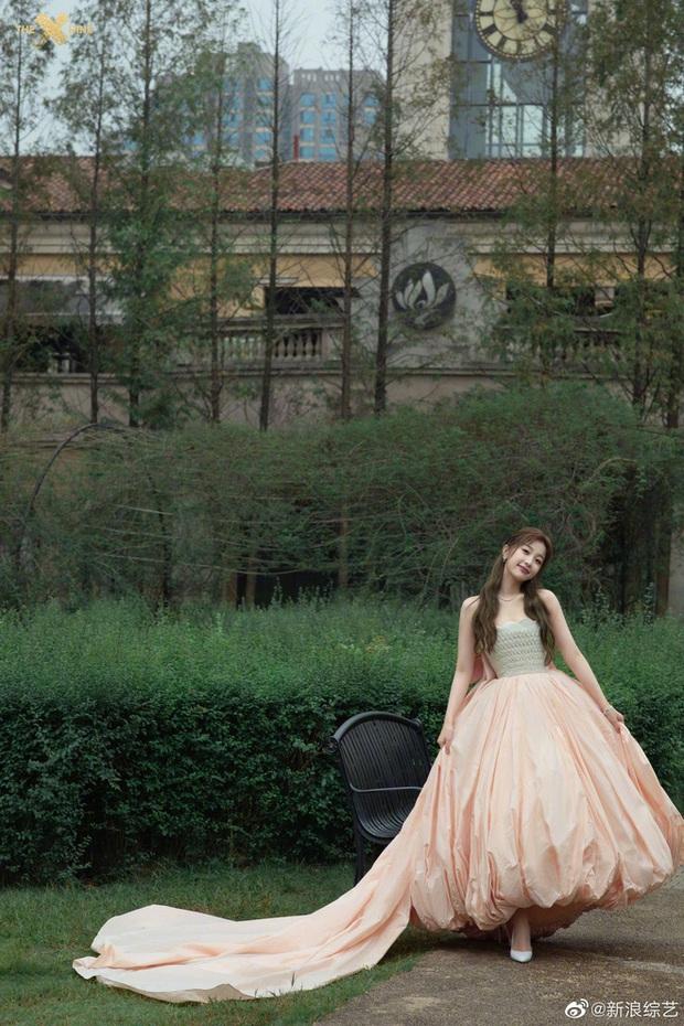 Bế mạc Kim Ưng 2020: Triệu Lệ Dĩnh bùng nổ visual bên Victoria sến sẩm, Thánh lố hoá công chúa giữa dàn mỹ nam - Ảnh 13.