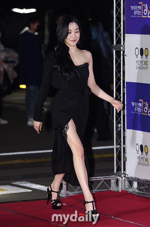 Thảm đỏ hot nhất xứ Hàn hôm nay: Tiffany (SNSD) chặt chém với đôi chân cực phẩm, Joy (Red Velvet) đẹp lấn át cả nữ thần Irene - Ảnh 2.