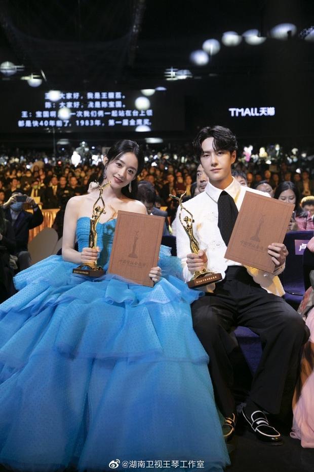 Triệu Lệ Dĩnh hết chỉnh makeup lại giới thiệu tiền bối cho Vương Nhất Bác, netizen lịm tim vì tình chị chị em em - Ảnh 1.