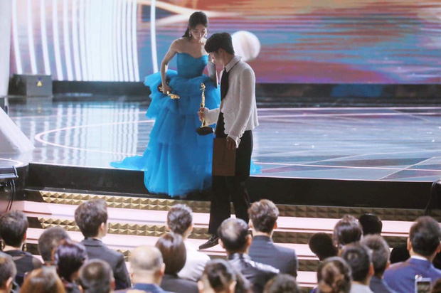 Triệu Lệ Dĩnh hết chỉnh makeup lại giới thiệu tiền bối cho Vương Nhất Bác, netizen lịm tim vì tình chị chị em em - Ảnh 8.