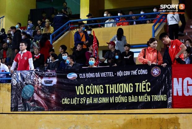 Cầu thủ Việt Nam đồng lòng hướng về miền Trung: Dành 1 phút mặc niệm những người đã mất vì lũ lụt, quyên góp trước trận đấu - Ảnh 7.