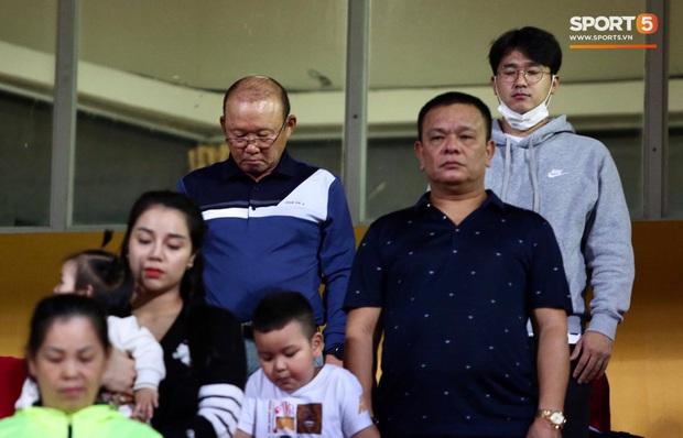 Cầu thủ Việt Nam đồng lòng hướng về miền Trung: Dành 1 phút mặc niệm những người đã mất vì lũ lụt, quyên góp trước trận đấu - Ảnh 3.