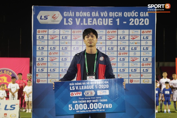 Cầu thủ Việt Nam đồng lòng hướng về miền Trung: Dành 1 phút mặc niệm những người đã mất vì lũ lụt, quyên góp trước trận đấu - Ảnh 9.