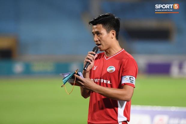 Cầu thủ Việt Nam đồng lòng hướng về miền Trung: Dành 1 phút mặc niệm những người đã mất vì lũ lụt, quyên góp trước trận đấu - Ảnh 4.