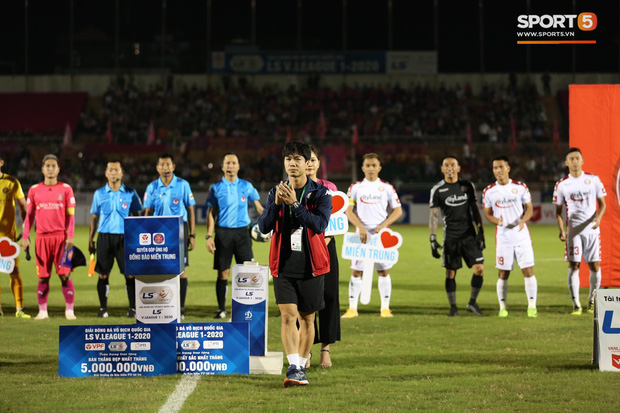 Cầu thủ Việt Nam đồng lòng hướng về miền Trung: Dành 1 phút mặc niệm những người đã mất vì lũ lụt, quyên góp trước trận đấu - Ảnh 8.