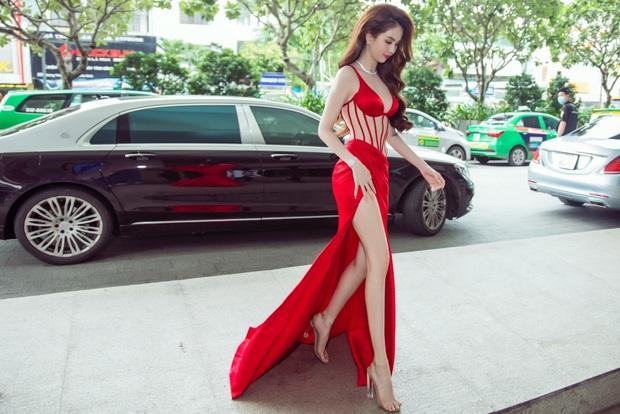 Nhìn Ngọc Trinh diện váy xẻ mà mệt giùm luôn á: Đi đứng khép nép, tay che khư khư vì sợ lộ hàng - Ảnh 4.