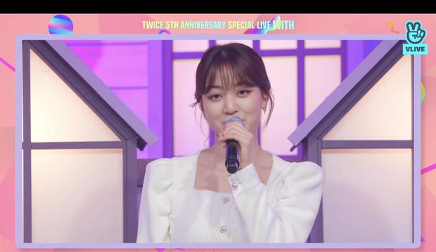 Tròn 5 năm debut, TWICE mở buổi live đặc biệt: Jeongyeon vắng mặt, các thành viên không ngại spoil ca khúc mới khiến fan sướng rơn - Ảnh 8.