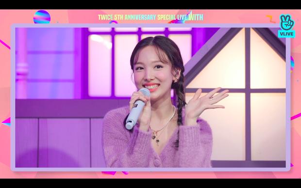 Tròn 5 năm debut, TWICE mở buổi live đặc biệt: Jeongyeon vắng mặt, các thành viên không ngại spoil ca khúc mới khiến fan sướng rơn - Ảnh 4.