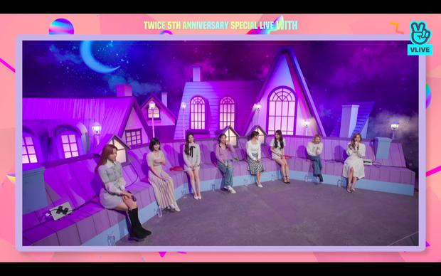 Tròn 5 năm debut, TWICE mở buổi live đặc biệt: Jeongyeon vắng mặt, các thành viên không ngại spoil ca khúc mới khiến fan sướng rơn - Ảnh 3.