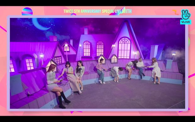 Tròn 5 năm debut, TWICE mở buổi live đặc biệt: Jeongyeon vắng mặt, các thành viên không ngại spoil ca khúc mới khiến fan sướng rơn - Ảnh 13.