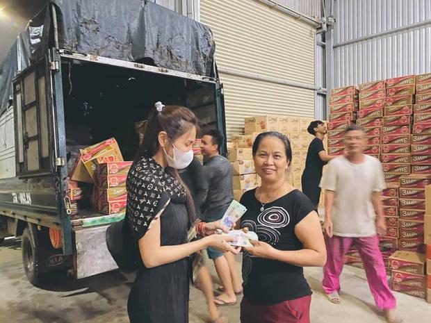 Công chúng bức xúc khi Thuỷ Tiên bị 1 netizen mỉa mai, bóc giá kém duyên đồ mặc khi đi cứu trợ miền Trung - Ảnh 3.