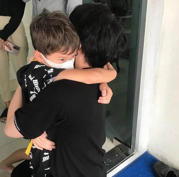 Cuối cùng sau 1 tháng kiện tụng, Mike Angelo đã được gặp con: Cảnh Maxwell ôm chầm lấy bố khiến bao người rơi nước mắt - Ảnh 4.