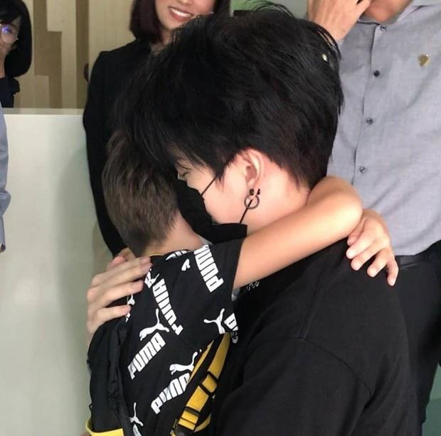 Cuối cùng sau 1 tháng kiện tụng, Mike Angelo đã được gặp con: Cảnh Maxwell ôm chầm lấy bố khiến bao người rơi nước mắt - Ảnh 6.