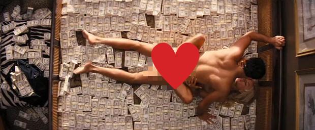 Loạt cảnh nóng khiến diễn viên Hollywood hết hồn: Ám ảnh từ chiếc tất hồng hào đến màn mây mưa đầy đau đớn trên núi tiền - Ảnh 3.