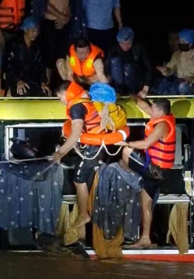 Nghẹt thở giải cứu 18 người mắc kẹt trong xe khách bị nước lũ cuốn trôi ở Quảng Bình - Ảnh 2.