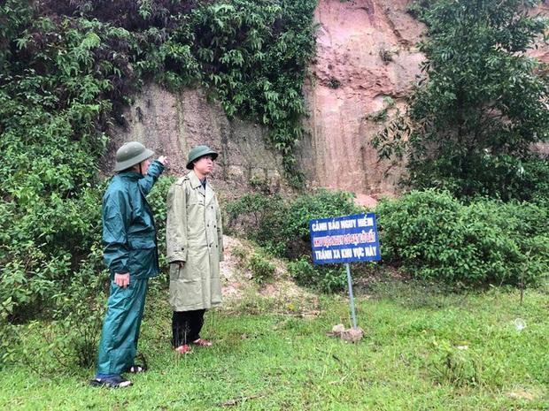Xuất hiện vết nứt hàng chục mét trên núi, sơ tán khẩn cấp toàn bộ dân một thôn - Ảnh 2.
