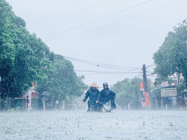 Mưa trắng trời, TP. Hà Tĩnh chìm trong ngập lụt lịch sử chưa từng có - Ảnh 2.