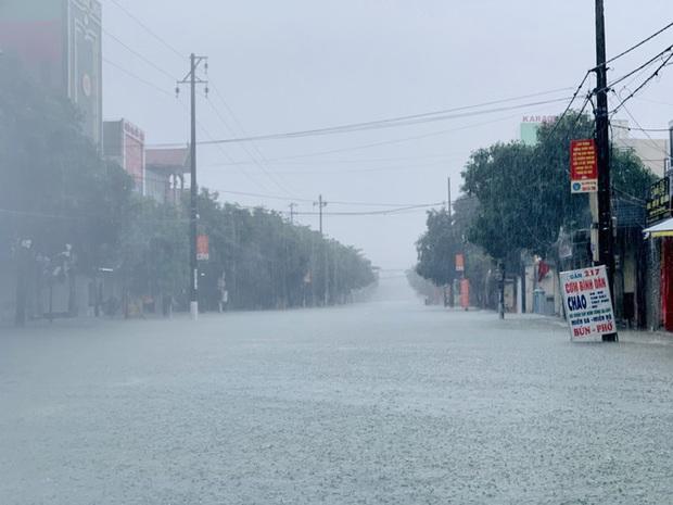 Mưa trắng trời, TP. Hà Tĩnh chìm trong ngập lụt lịch sử chưa từng có - Ảnh 3.