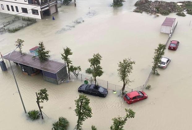 Mưa trắng trời, TP. Hà Tĩnh chìm trong ngập lụt lịch sử chưa từng có - Ảnh 1.