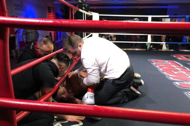 Góc cay đắng: Vừa ra dấu khiêu khích đối thủ ra đòn, võ sĩ dính ngay một đấm ngã xuống sàn không nhúc nhích - Ảnh 3.