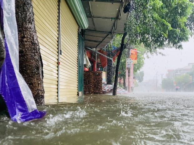 Mưa trắng trời, TP. Hà Tĩnh chìm trong ngập lụt lịch sử chưa từng có - Ảnh 12.