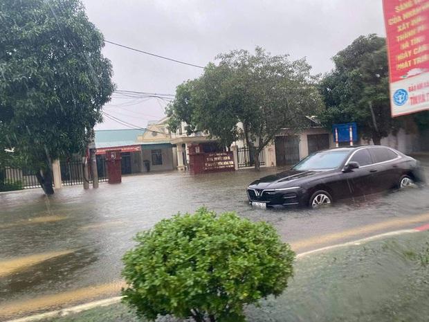 Mưa trắng trời, TP. Hà Tĩnh chìm trong ngập lụt lịch sử chưa từng có - Ảnh 17.