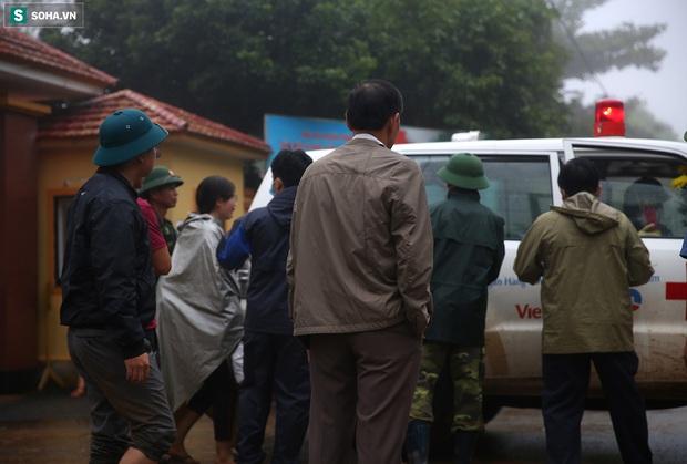 Ảnh: Người thân 22 chiến sĩ bị vùi lấp khóc nghẹn, bám theo những chuyến xe tang thương rời Đoàn 337 - Ảnh 6.