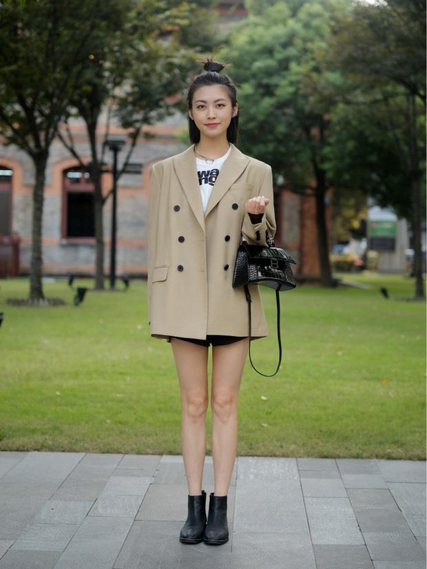 Street style châu Á: Hội chị em lên đồ đẹp hút mắt, toàn blazer và cardigan nhưng nhìn sang hết nấc - Ảnh 8.