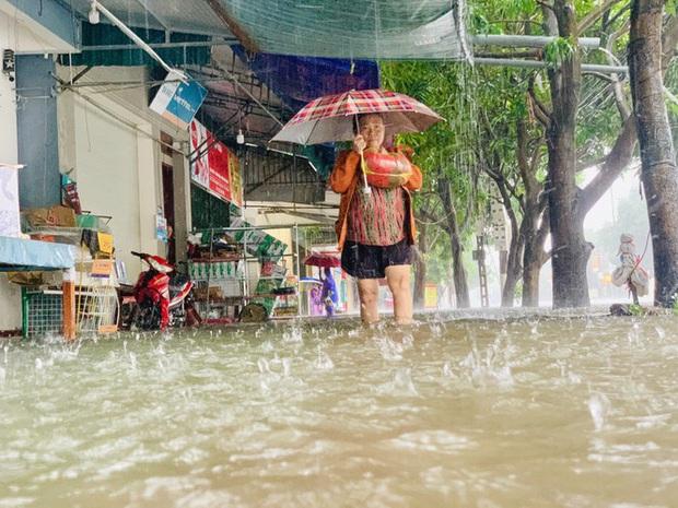 Mưa trắng trời, TP. Hà Tĩnh chìm trong ngập lụt lịch sử chưa từng có - Ảnh 10.
