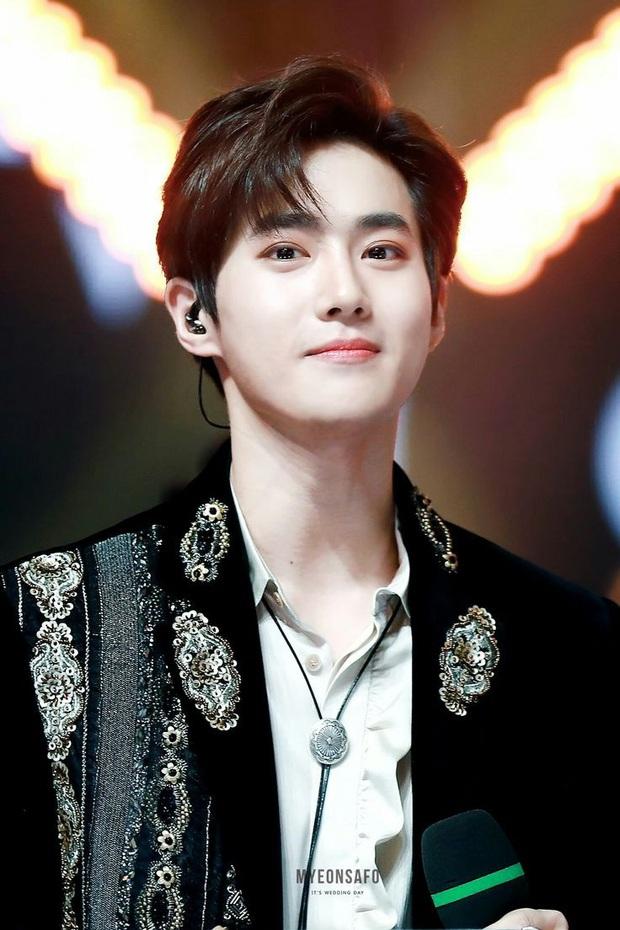 Nhớ lại sân khấu encore buồn nhất của EXO: Chỉ một mình leader lên nhận cúp, gượng cười giữa tâm bão scandal thành viên rời nhóm - Ảnh 10.