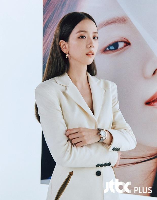 """Jisoo sang như nữ CEO nhưng lại nhạt trước Trương Thiên Ái lên đồ """"chất chơi"""" - Ảnh 3."""
