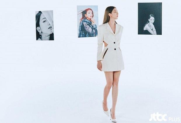"""Jisoo sang như nữ CEO nhưng lại nhạt trước Trương Thiên Ái lên đồ """"chất chơi"""" - Ảnh 1."""
