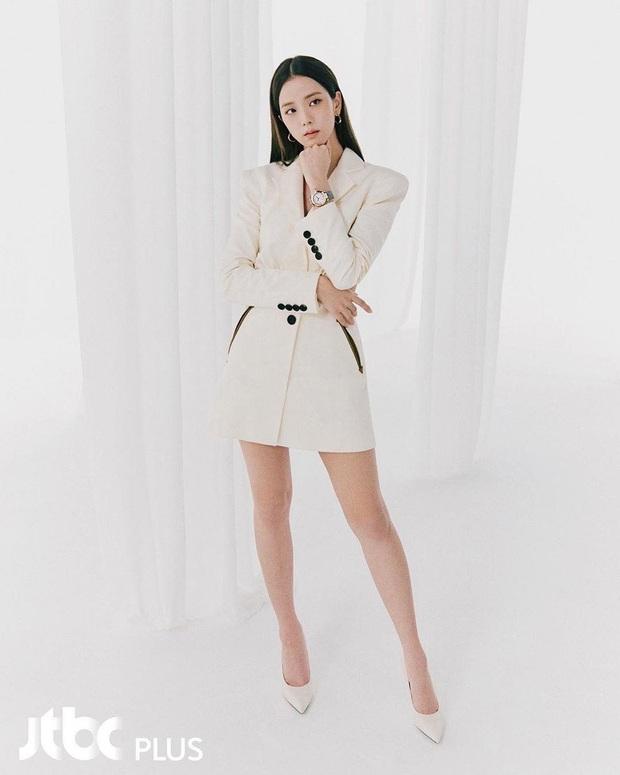 """Jisoo sang như nữ CEO nhưng lại nhạt trước Trương Thiên Ái lên đồ """"chất chơi"""" - Ảnh 2."""