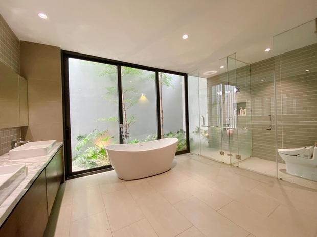 Gái xinh khoe nhà rộng 1000m2 ngay trung tâm Sài Gòn, nhìn phòng tắm là đủ hiểu cơ ngơi hoành tráng đến mức nào - Ảnh 5.