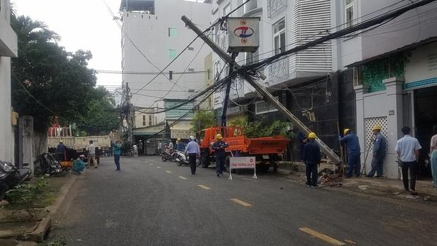 """TP.HCM: Xe container """"đại náo"""" đường phố, kéo ngã 2 cột điện, cả khu dân cư mất điện nguyên buổi sáng - Ảnh 3."""