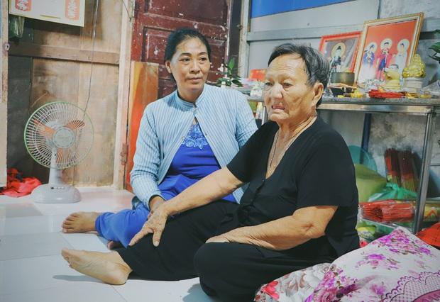 Ấm lòng cụ bà bệnh tật được đôi vợ chồng nghèo nhận về cưu mang, chăm sóc như mẹ ruột ở Sài Gòn - Ảnh 2.