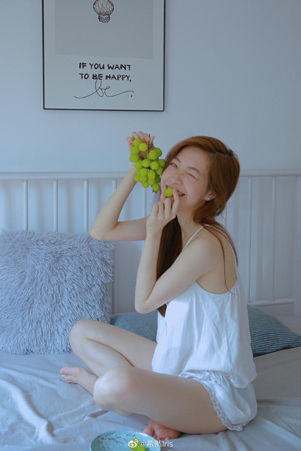 Nữ MC giải đấu game mượn ảnh giường chiếu khoe vóc dáng gợi cảm khiến cộng đồng mạng xôn xao - Ảnh 1.