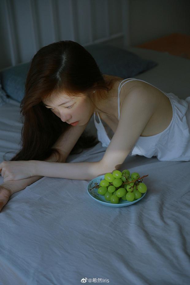 Nữ MC giải đấu game mượn ảnh giường chiếu khoe vóc dáng gợi cảm khiến cộng đồng mạng xôn xao - Ảnh 6.