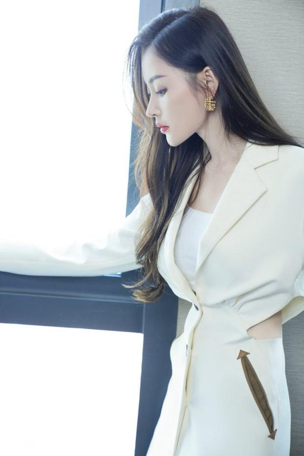 """Jisoo sang như nữ CEO nhưng lại nhạt trước Trương Thiên Ái lên đồ """"chất chơi"""" - Ảnh 6."""