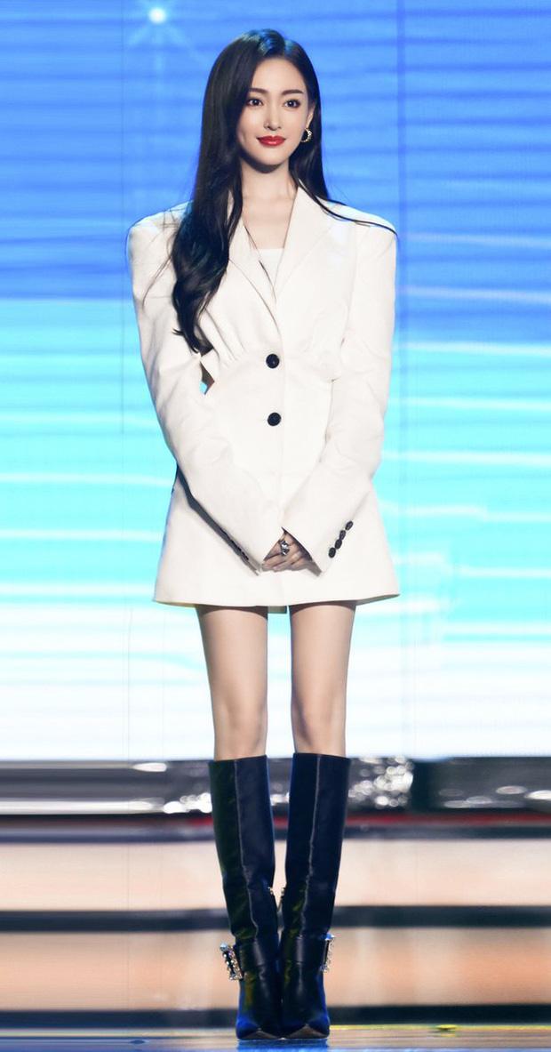 """Jisoo sang như nữ CEO nhưng lại nhạt trước Trương Thiên Ái lên đồ """"chất chơi"""" - Ảnh 4."""
