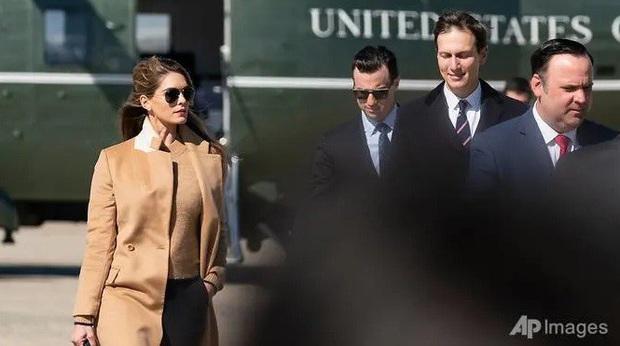 Vợ chồng tổng thống Mỹ chờ kết quả xét nghiệm sau khi trợ lý thân cận mắc COVID-19 - Ảnh 1.